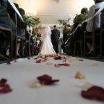 Ponadczasowość jest zawsze na topie. Białe pończochy ślubne, jako klasyczny element wystroju.
